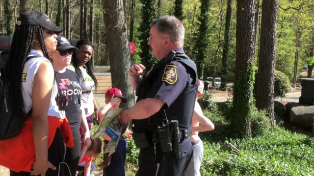 stockvideo's en b-roll-footage met police gave guidance to the visitors at the stone mountain state park in georgia, usa - politiedienst