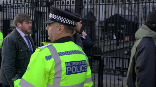police guard the entrance at no 10 downing street in london on dec 13 2019 - collegio elettorale video stock e b–roll