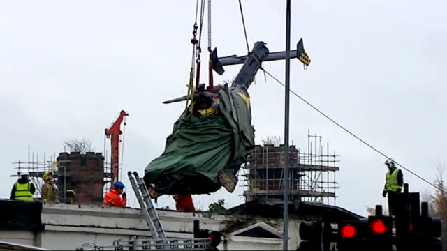 helicopter removed from building scotland glasgow ext various shots of crane lifting police helicopter wreckage from the roof of the clutha vaults... - ヘリコプター事故点の映像素材/bロール