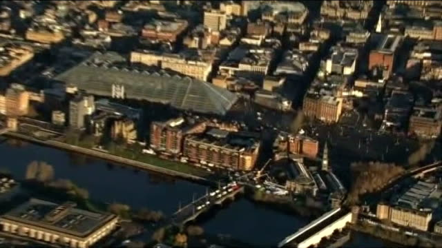 vídeos de stock e filmes b-roll de recovery operation continues and investigation begins glasgow of glasgow cityscape and river clyde zoom in helicopter crash site 'the clutha' pub... - glasgow escócia