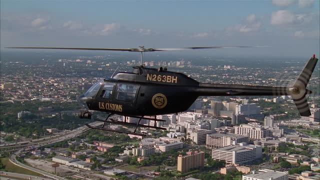 vídeos y material grabado en eventos de stock de aerial police helicopter flying over city, miami - escritura occidental