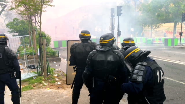 vídeos de stock, filmes e b-roll de police in action as thousands of people take to the streets during the may day demonstrations on may 1 2018 in paris france this month celebrates the... - 1 de maio