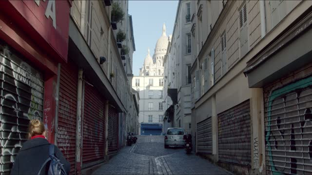 police in front of sacre coeur church of montmartre during the lockdown and terrorist attacks in paris. - サクレクール大聖堂点の映像素材/bロール