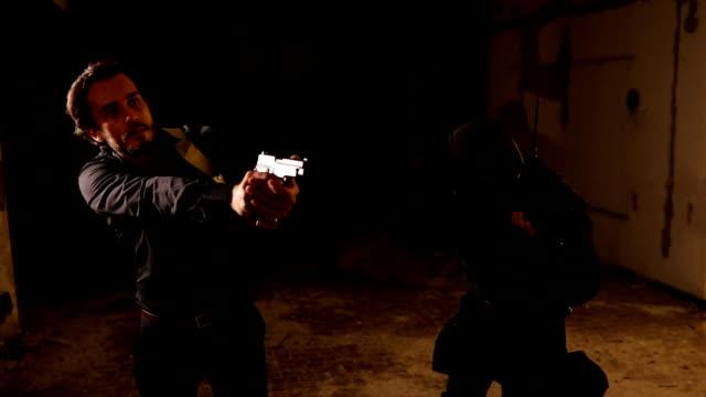 困難な状況で警察 - 脅し点の映像素材/bロール