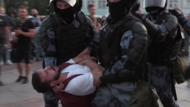 police in moscow say they arrested more than 1,000 people saturday at a banned opposition protest calling for city authorities to reverse decisions... - ryssland bildbanksvideor och videomaterial från bakom kulisserna