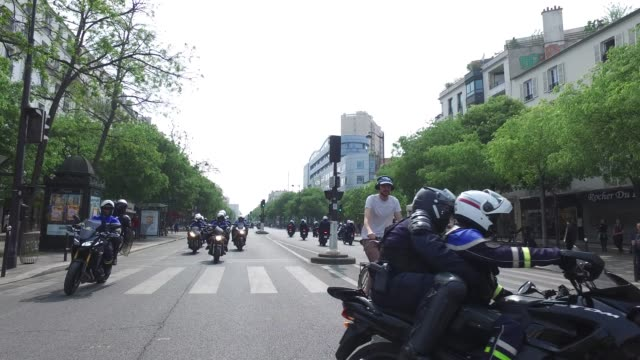 vídeos de stock, filmes e b-roll de police in motorcycle with yellow vests / the annual may day protests on may 01 2019 at boulevard de l'hopital paris france / more than 7400 police... - 1 de maio