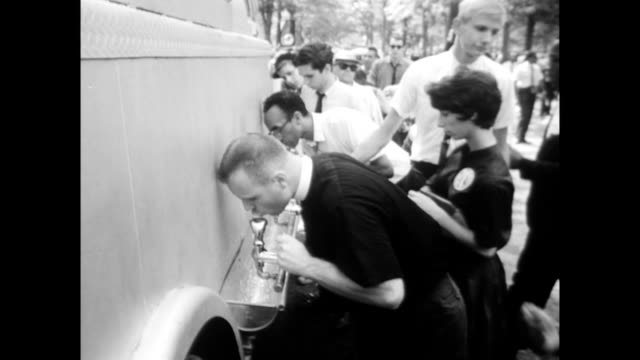 vídeos de stock e filmes b-roll de / police in park people drinking from water fountains / families and crowds crowds at the march on washington on august 28 1963 in washington dc - 1963