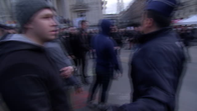 stockvideo's en b-roll-footage met police in riot gear pan to police attempting to control protest crowds in brussels outside of place de la bourse in response to the terrorism attack... - (war or terrorism or election or government or illness or news event or speech or politics or politician or conflict or military or extreme weather or business or economy) and not usa