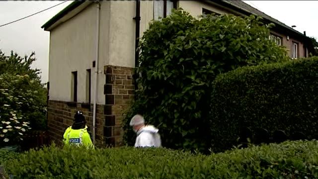 vidéos et rushes de police in west yorkshire arrest man on suspicion of murder of pensioner england west yorkshire shipley ext forensics officer along in white overalls... - salopette