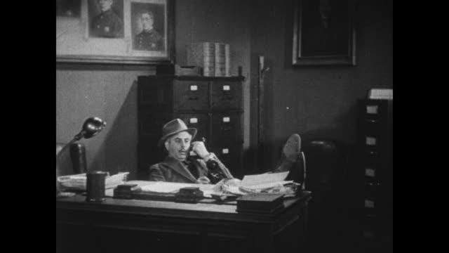 vídeos de stock, filmes e b-roll de 1931 police inspector (eddie kane) answers emergency call - de pé para cima