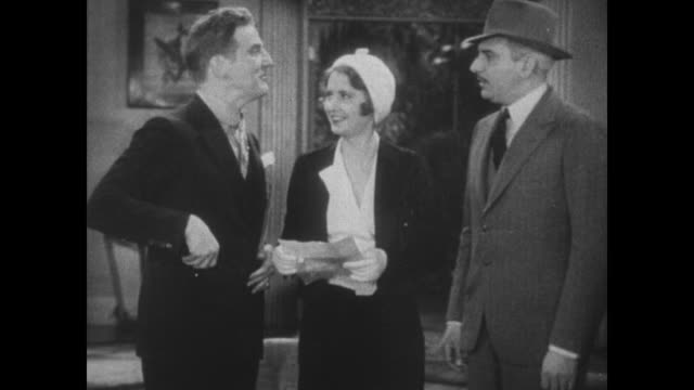 vídeos de stock e filmes b-roll de 1931 police inspector (eddie kane) approaches frank fay to ask him about stolen jewels as fay's wife, barbara stanwyck approaches and reads a poem - poesia literatura