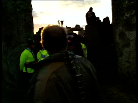 stockvideo's en b-roll-footage met police intervene as druids celebrate last of millennium at stonehenge wiltshire 21 jun 99 - wiltshire