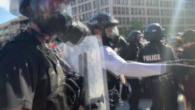 police intervene demonstrators during a protest in response to the police killing of george floyd in lafayette square park on may 30 2020 in... - george floyd stock videos & royalty-free footage