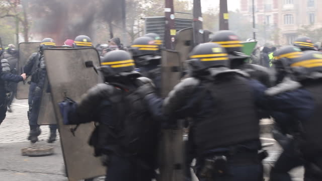 police intervene place of italy during a protest to mark the first anniversary of the 'yellow vests' movement on november 16, 2109 in paris, france. - 公共物破壊点の映像素材/bロール