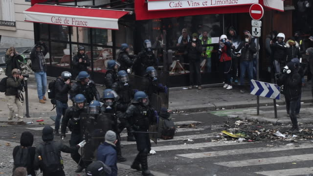 vidéos et rushes de police intervene place of italy during a protest to mark the first anniversary of the 'yellow vests' movement on november 16, 2109 in paris, france. - confrontation