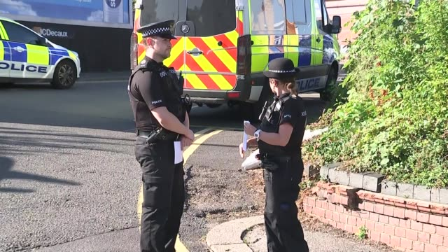 police investigate alleged child abduction case in redhill england surrey redhill ext police officers along out of police van various shots police... - 誘拐事件点の映像素材/bロール