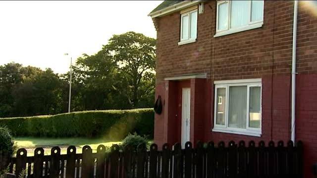 vidéos et rushes de police investigate death of baby after father kills himself england lancashire preston ext police car and 'crime scene investigation' van outside... - salopette