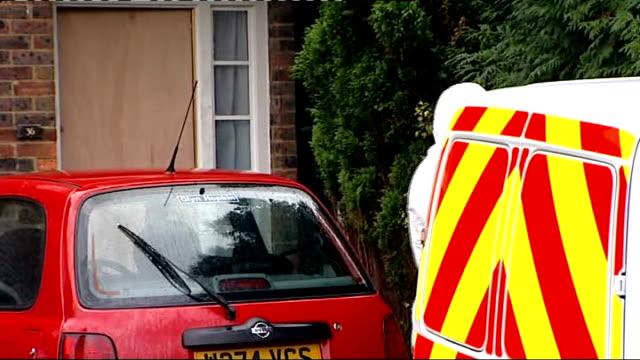 vidéos et rushes de police investigate murder of babysitter in borehamwood england hertfordshire borehamwood ext police forensics officer in white overalls from house... - salopette