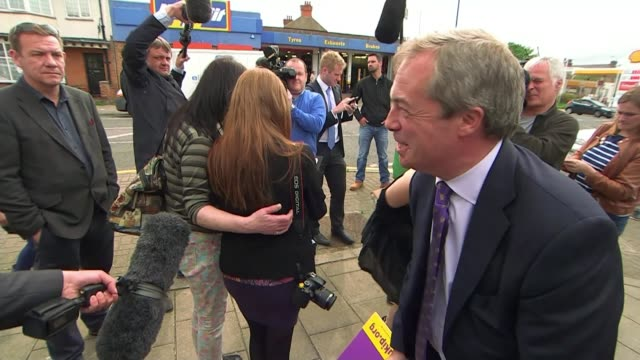 vídeos de stock e filmes b-roll de police investigations over conservative party expenses controversy t04051522 / tx kent ramsgate ext nigel farage mep chatting to people then speaking... - ramsgate
