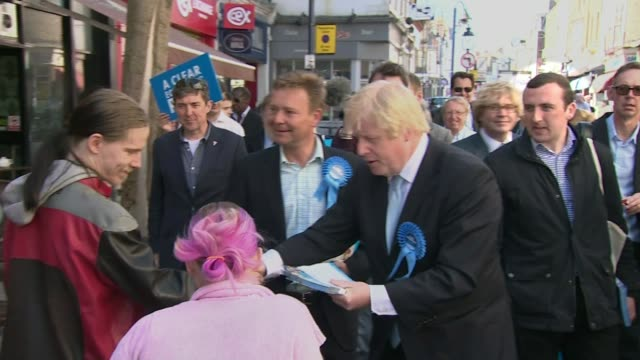 vídeos de stock e filmes b-roll de police investigations over conservative party expenses controversy r21041507 / 2142015 boris johnson and craig mackinlay along campaigning in and... - ramsgate