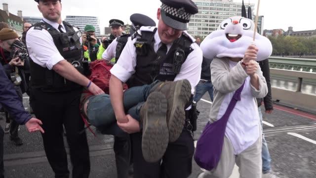 vidéos et rushes de police make multiple arrests as extinction rebellion climate change protestors block roads at a number of locations around westminster on october 2... - climat