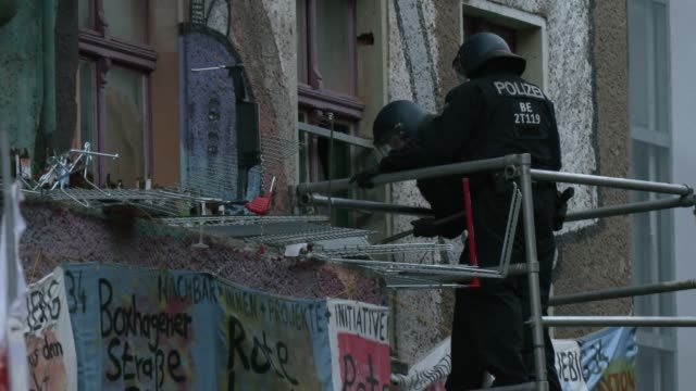 police make their way in to liebigstrasse 34, also known as liebig34, during the eviction of its residents on october 09, 2020 in berlin, germany.... - links platz stock-videos und b-roll-filmmaterial