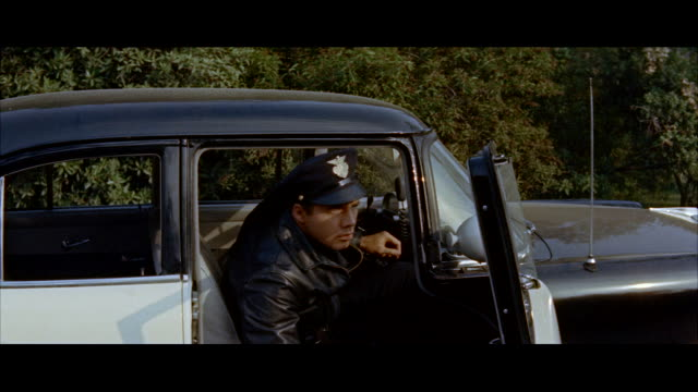 stockvideo's en b-roll-footage met ms police man speaking into transmitter - breedbeeldformaat