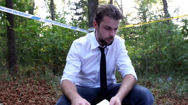 vídeos de stock e filmes b-roll de police man taking notes - crime