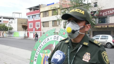 vídeos y material grabado en eventos de stock de police members in bogota lead stretching and dance exercises as a new way of keeping people's spirits up during the coronavirus lockdown on april 09,... - hispanoamérica