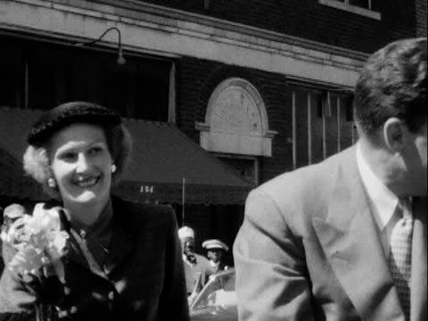 vidéos et rushes de 1952 montage b/w police motorcade arriving in tulsa for richard nixon during presidential campaign/ richard nixon with his wife pat, addressing spectators gathered on street/ greenwood, tulsa, oklahoma, usa - 1952