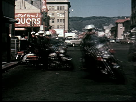 vidéos et rushes de ms, pan, police motorcycle squad riding off one by one, berkeley, california, usa - police