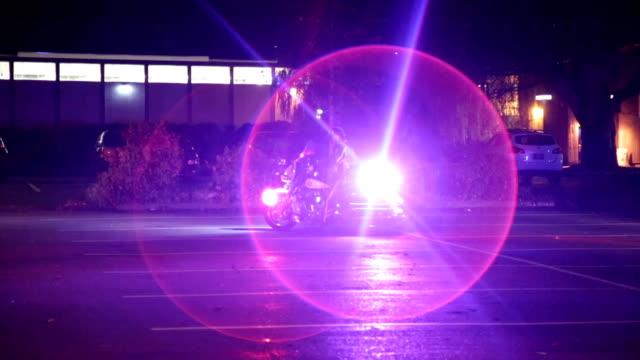 police motorcycle with flashing lights - 乗り物の明かり点の映像素材/bロール