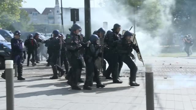 police move in with tear gas to break up the end of a yellow vest protest in nantes as members of the movement gathered for the 44th march since... - nantes stock videos & royalty-free footage