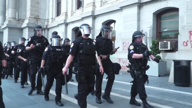 police move to protect city hall from protestors and vandalism in philadelphia on may 30, 2020 during a demonstration to call for justice for george... - philadelphia pennsylvania stock-videos und b-roll-filmmaterial