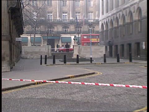 police murder; itn england: london: aldwych cordon across road zoom in another cordon by steps opposite waldorf hotel night gv more ditto and police... - ウォルドルフ・アストリア点の映像素材/bロール