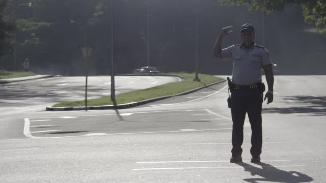 police officer directing traffic - 将校点の映像素材/bロール