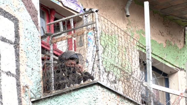police officer is seen inside liebigstrasse 34, also known as liebig34, during the eviction of its residents on october 09, 2020 in berlin, germany.... - links platz stock-videos und b-roll-filmmaterial