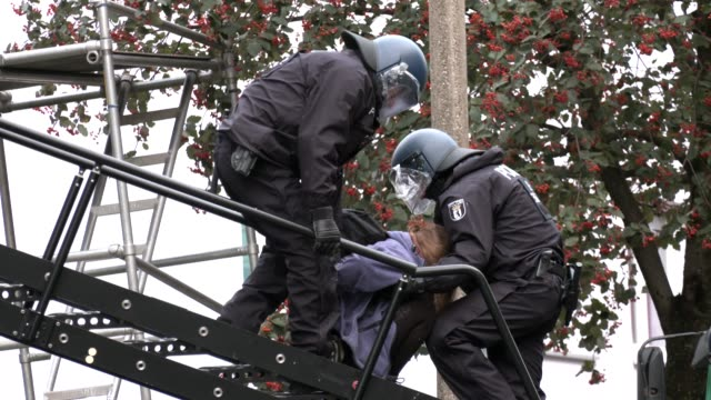 police officer leads person out of liebigstrasse 34, also known as liebig34, during the eviction of its residents on october 09, 2020 in berlin,... - links platz stock-videos und b-roll-filmmaterial