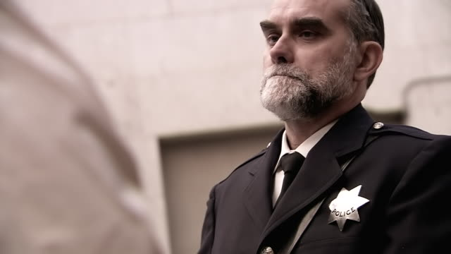 vídeos de stock e filmes b-roll de cu td police officer supervisesing man / united states - só um homem maduro