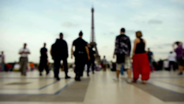 stockvideo's en b-roll-footage met police officers approaching the eiffel tower (blurred motion) - politiedienst