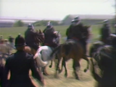 police officers charge picket lines outside the orgreave coking plant in yorkshire - streikposten stock-videos und b-roll-filmmaterial