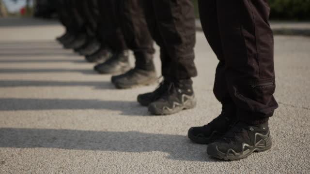 vídeos y material grabado en eventos de stock de los oficiales de policía se paran en la fila - fila arreglo
