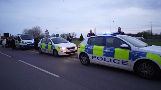 vidéos et rushes de police officers from cleveland police force line up outside james cook university hospital and applaud nhs workers on april 09, 2020 in... - police force