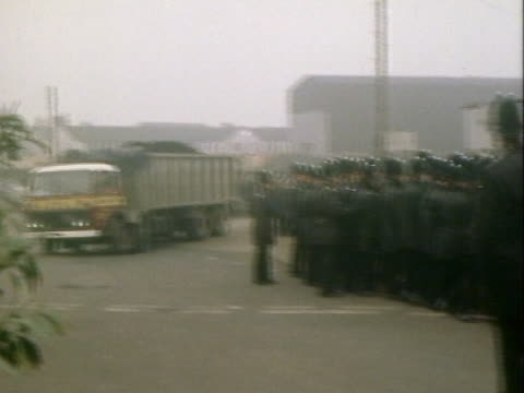 police officers hold back picketers from stopping coal lorries leaving a port in essex during the miners strike - minatore video stock e b–roll