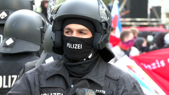 vídeos de stock e filmes b-roll de police officers in protective clothing secure the demonstration of supporters of the far-right third way neo-nazi political party against counter... - maça