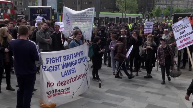 vídeos y material grabado en eventos de stock de police officers intervene to protesters during a protest against fascism racism and discrimination in front of the lunar house at the croydon town of... - racismo