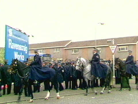 police officers prevent picketers from stopping coal lorries entering the ravenscraig steel works during the miners strike - minatore video stock e b–roll