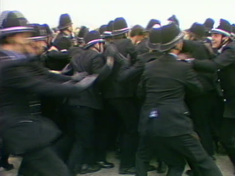 police officers push back against a picket line outside the gascoigne wood colliery during the miners strike - minatore video stock e b–roll