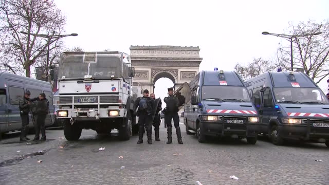 police officers put on riot gear outside of the arc de triomphe in paris, france on december 15, 2018. - 盾点の映像素材/bロール
