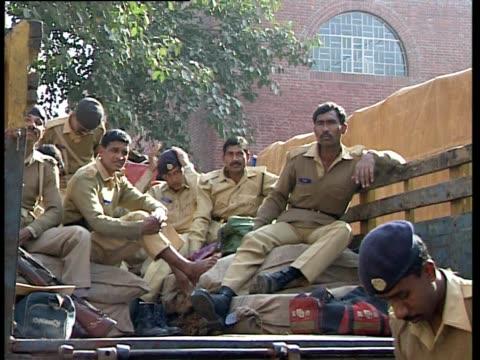 vídeos y material grabado en eventos de stock de police officers rest in the back of a truck in bangladesh - boina